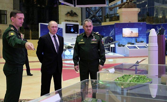 Верховный главнокомандующий, президент РФ Владимир Путин и министр обороны РФ, генерал армии Сергей Шойгу (справа) во время осмотра выставки современных вооружений и техники