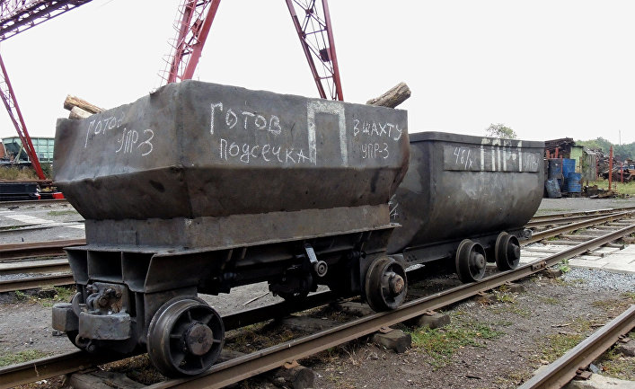 """Вагонетки на территории шахты """"Прогресс"""" в городе Торез Донецкой области."""