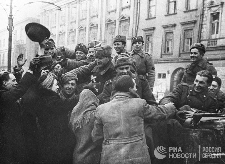 Жители освобожденного Кракова приветствуют бойцов Советской армии