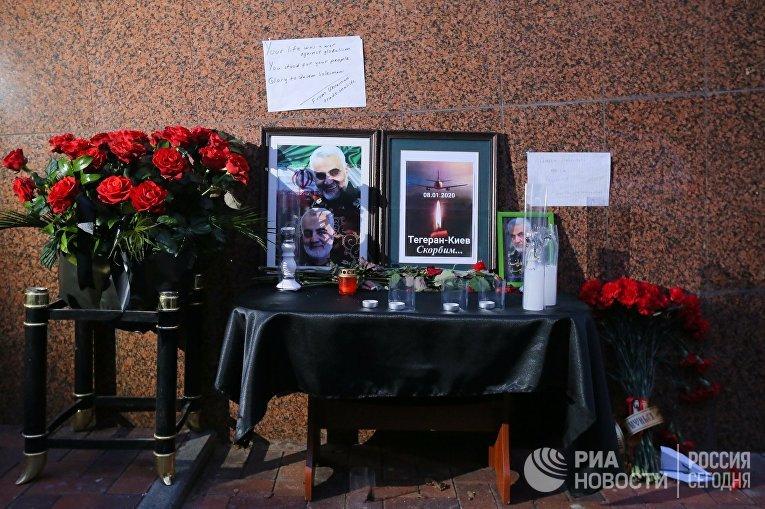 Цветы у посольства Исламской Республики Иран в Киеве в память о генерале Касеме Сулеймани