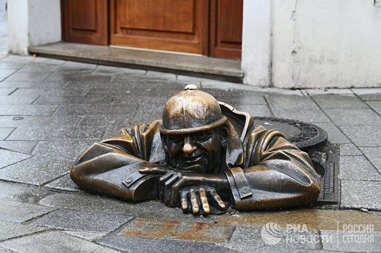 Памятник сантехнику в Братиславе