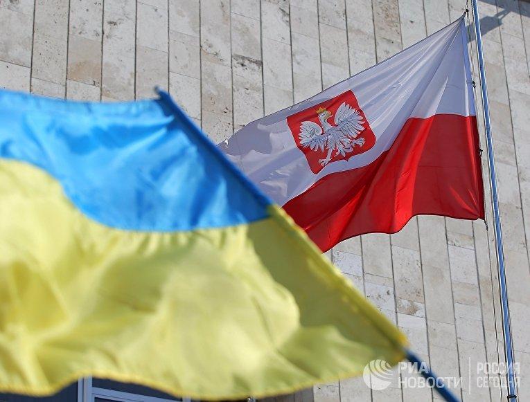 Государственные флаги Украины и Польши у посольства Польши в Киеве.