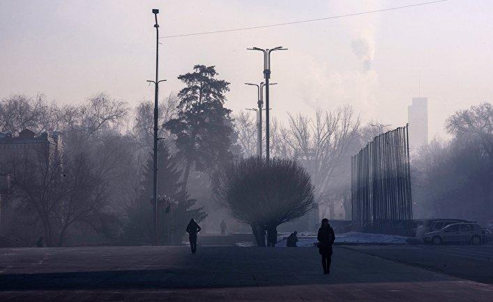 Прохожие на одной из улиц в Бишкеке, Киргизия