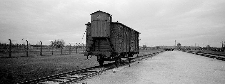Вагон на железнодорожных путях на подъезде к Освенциму