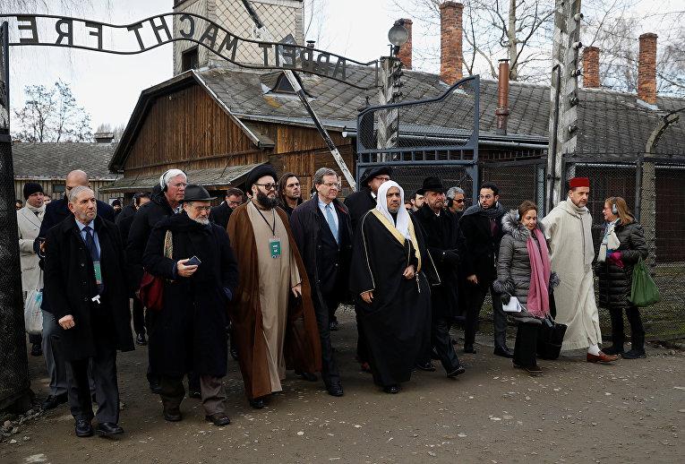 Генеральный секретарь Всемирной исламской лиги Мухаммед аль-Исса во главе делегации влиятельных мусульманских религиозных лидеров во время посещения Освенцима