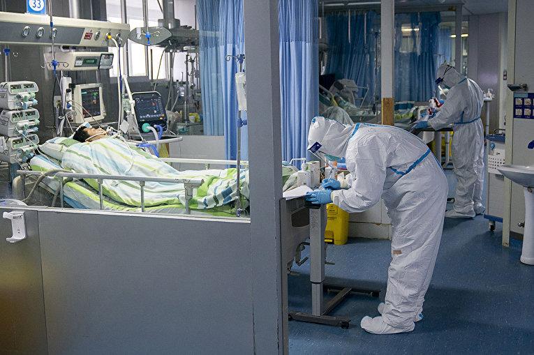 Медицинский персонал ухаживает за больным в палате Чжуннань Уханьского университета в Ухане, Китай