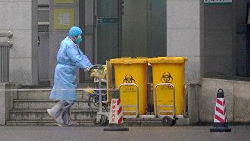 Контейнеры с биологическими отходами в медицинском центре в Ухане, Китай
