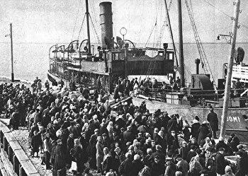 Посадка ингерманландцев на теплоход «Суоми». 1943 г.