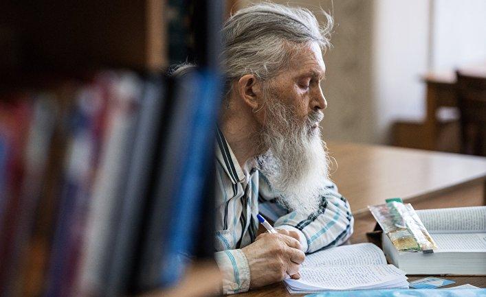 Посетитель в универсальном зале Омской государственной областной научной библиотеки имени А. С. Пушкина