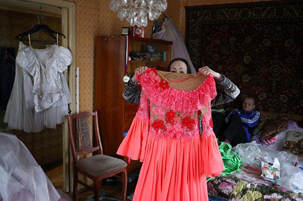 Майя Качина и Лев Китаев демонстрируют костюмы у себя дома
