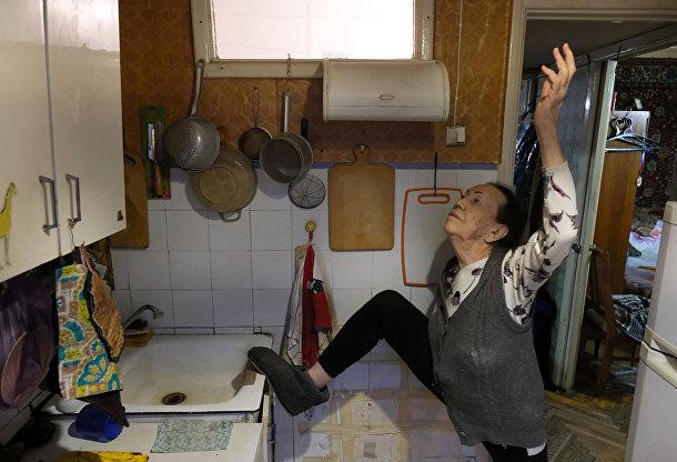 Майя Качина делает упражнения на кухне у себя дома