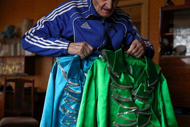 Лев Китаев показывает танцевальные костюмы