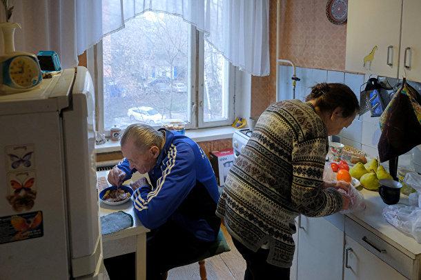 Майя Качина и Лев Китаев обедают на кухне