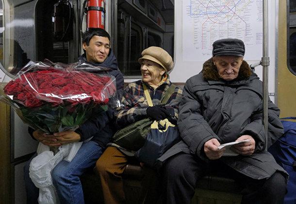 Майя Качина и Лев Китаев едут на метро в Москве