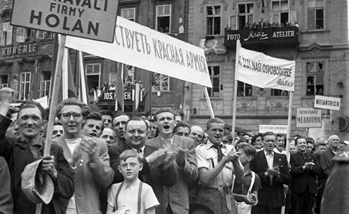Жители освобожденной от гитлеровцев Праги на митинге дружбы в честь советских воинов-освободителей и победы в войне с фашистской Германией.