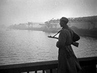 Советский часовой на мосту через реку Эльбу. Город Магдебург. Апрель 1945 года.