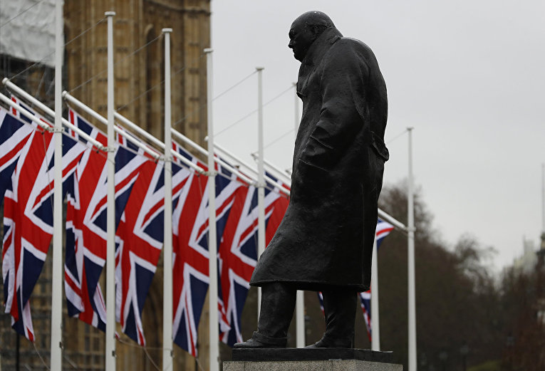 Флаги у здания парламента в Лондоне