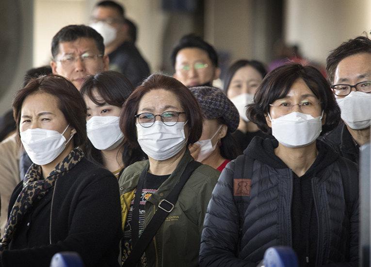 Пассажиры в аэропорту Лос-Анджелеса, Калифорния, США