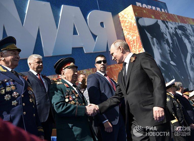 Президент РФ В.Путин и премьер-министр РФ Д.Медведев на военном параде в честь 73-й годовщины Победы в ВОВ