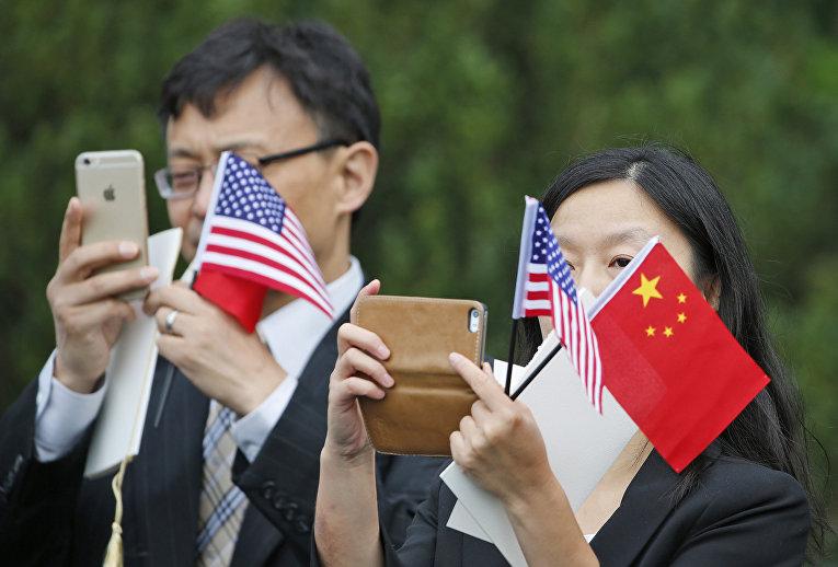 Зрители в ожидании прибытия председателя КНР Си Цзиньпина в Вашингтоне