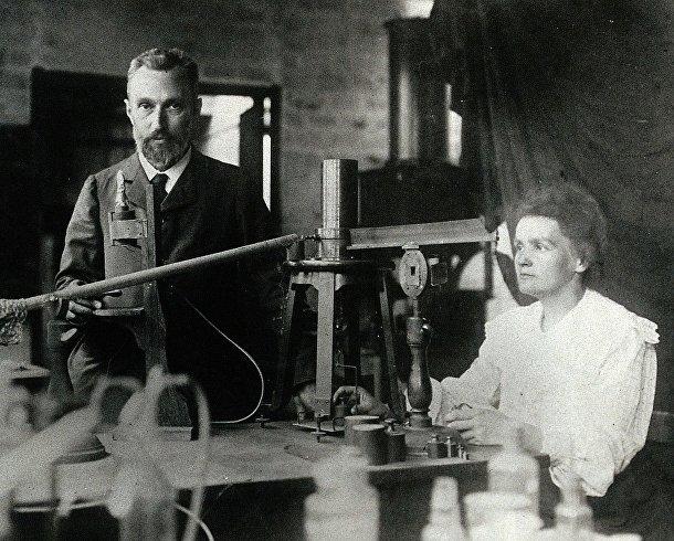 Мария и Пьер Кюри в своей лаборатории