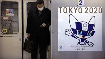 Плакат Олимпийских игр Токио-2020 в метро Токио