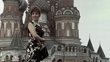 Итальянская киноактриса Д.Лоллобриджида перед собором Василия Блаженного