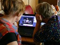 Беженцы из Украины смотрят по интернету сюжеты новостей