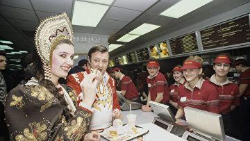 """Участники открытия совместного советско-канадского ресторана """"Макдоналдс"""""""
