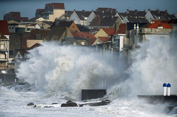 Волны во время урагана Киара в Вимере, Франция