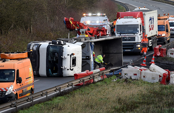 Опрокинутый грузовик на севере Франции