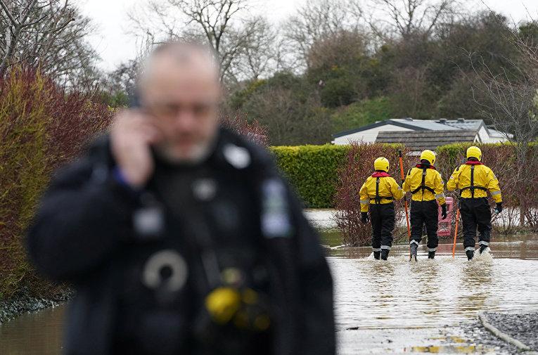 Сотрудники пожарной службы в Сент-Асафе (Уэльс), Великобритания