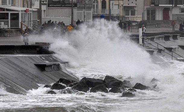 Волны разбиваются о береговую линию в Вимере, Франция