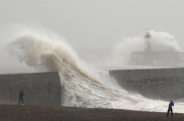 Волны, поднятые ураганом Киара в Ньюхейвене, Великобритания