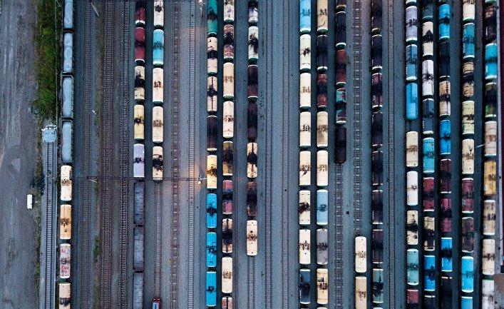 Цистерны с нефтепродуктами на станции Комбинатская Западно-Сибирской железной дороги в Омской области