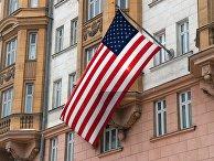 Флаг США на здании посольства на Новинском бульваре в Москве