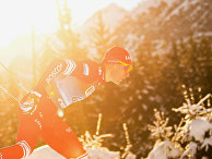 """Александр Большунов (Россия) на дистанции индивидуальной гонки на 15 км свободным стилем среди мужчин на соревнованиях по лыжным гонкам """"Тур де Ски"""" в итальянском Тоблахе"""