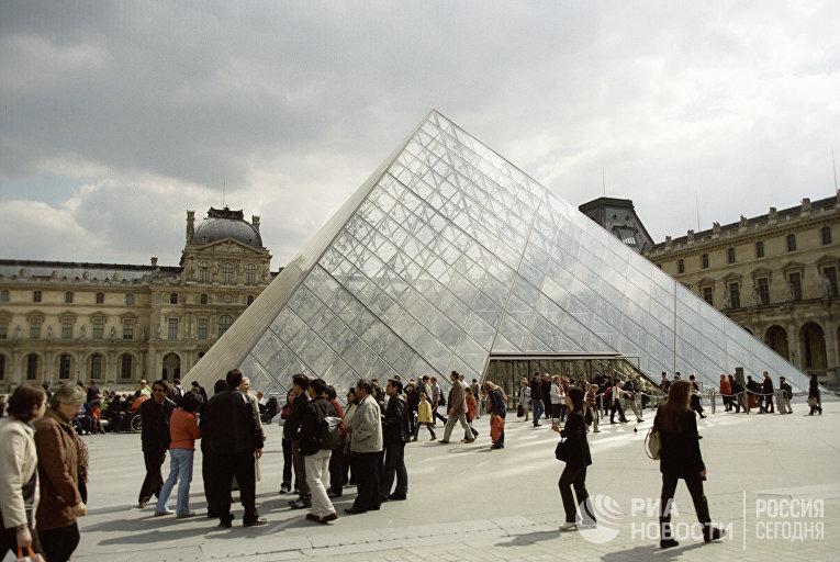 Стеклянная пирамида над входом в Лувр