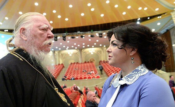 Протоиерей Дмитрий Смирнов и политик Елена Николаева на открытии XX Всемирного русского народного собора