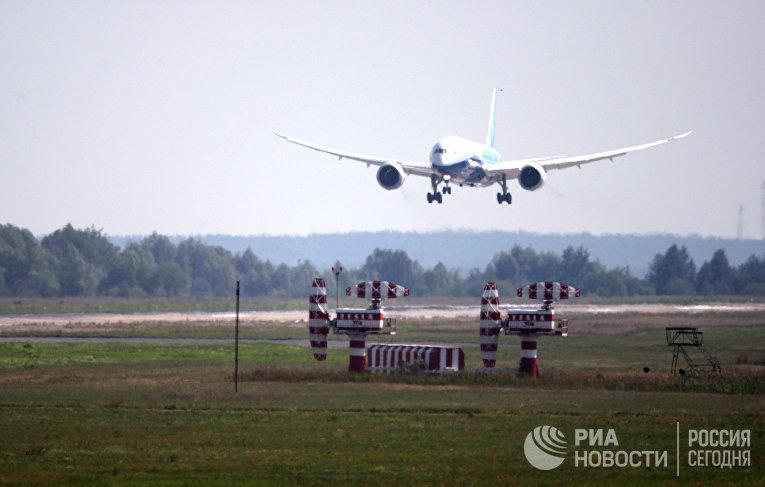 """Прилет самолета Boeing-787 на авиасалон """"МАКС-2011"""""""