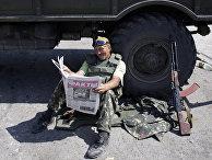 Украинский солдат читает газету в Дебальцево