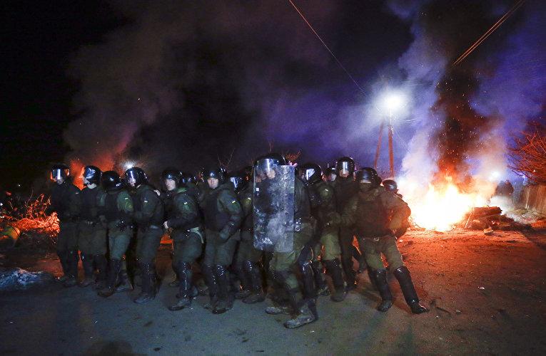 Украинский спецназ теснит протестующих у автобуса с эвакуированными из китайского города Ухань на Украине