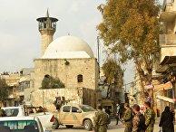 Местные жители и военные в Старом городе в Алеппо
