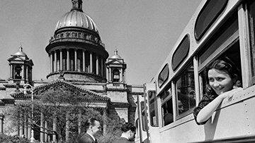 Туристы на экскурсии в Ленинграде (Санкт-Петербург), 1952 год. Слева - Исаакиевский собор