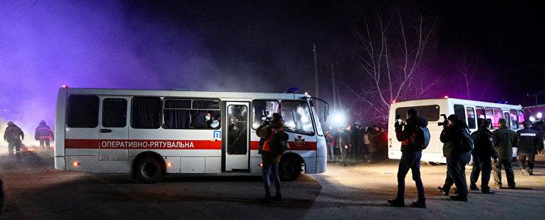 Автобусы с эвакуированными из китайского Уханя в поселке Новые Санжары