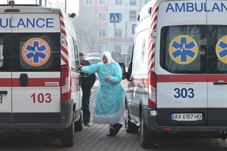 Автомобили скорой помощи во время прибытия эвакуированных из Китая в аэропорт Харькова