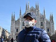 Мужчина на площади Пьяцца-дель-Дуомо в Милане