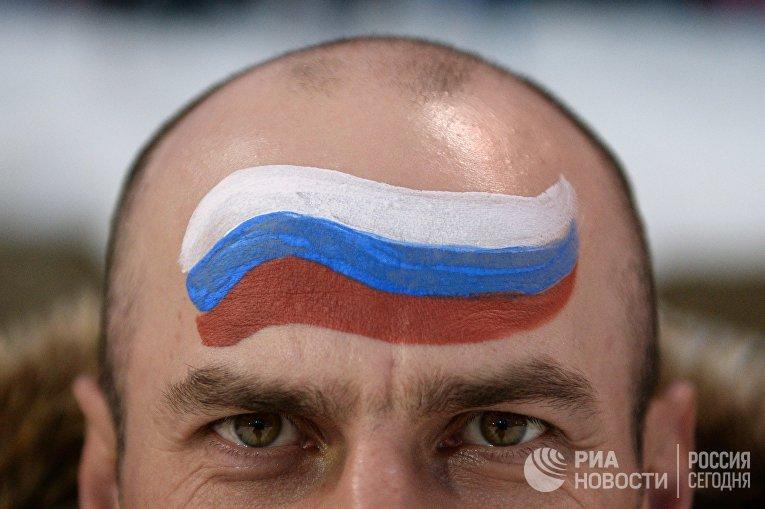 Российский болельщик перед началом гонки преследования в соревнованиях по биатлону