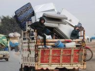 Вынужденные переселенцы, бежавшие из Идлиба едут в Азаз, Сирия