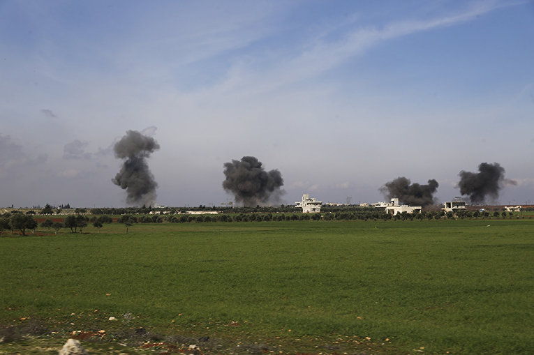Столбы дыма после авиаударов по городу Саракеб в провинции Идлиб, Сирия